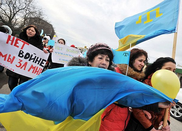 Tatarzy krymscy ze swoją flagą narodową