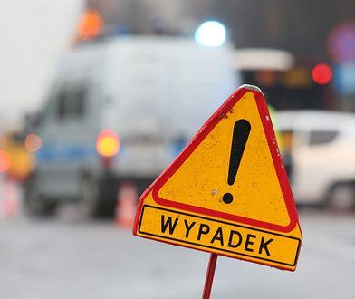 Warszawa. Po kolizji jeden z samochodów zawisł na znaku drogowym