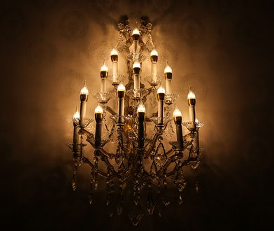 Charakterystyczną cechą stylu glamour są bogato zdobione lampy i żyrandole