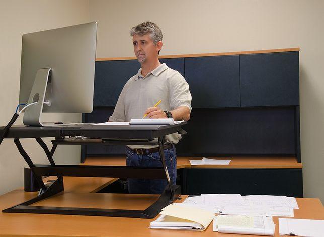 Praca stojąca – jak ulżyć nogom i kręgosłupowi?