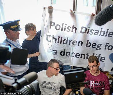 37 dzień protestu okupacyjnego rodziców osób niepełnosprawnych w Sejmie. Na zdjęciu Adrian Glinka Jakub Hartwich
