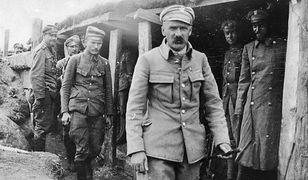 Józef Piłsudski w okopach 1 pułku piechoty Legionów Polskich. Widoczni także: major Albin Fleszar i porucznik Bolesław Długoszowski-Wieniawa.