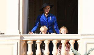 """""""Smutna księżna"""" Charlene z dziećmi na święcie narodowym Monako"""