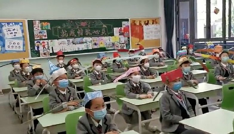Dzieci w Chinach muszą nosić specjalne nakrycia głowy.