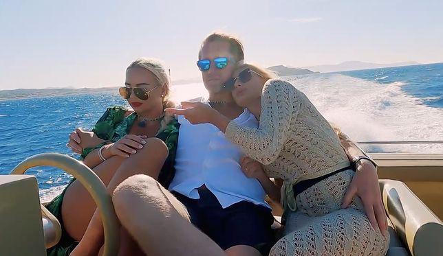Robert Kochanek w objęciach dwóch młodych kobiet