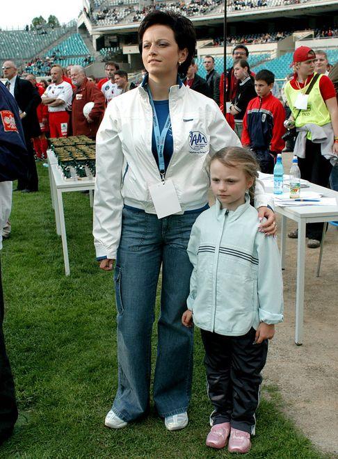 Karolina Małysz z mamą w 2004 roku