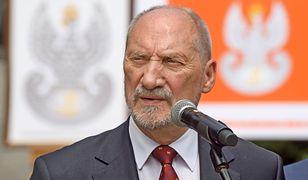 """Szef MON Antoni Macierewicz chce, aby kolumny stanęły w całym kraju i upamiętniały """"bezimiennych bohaterów historii Polski""""."""