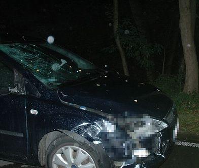 Kierowca i pasażerka samochodu nie odnieśli poważnych obrażeń.