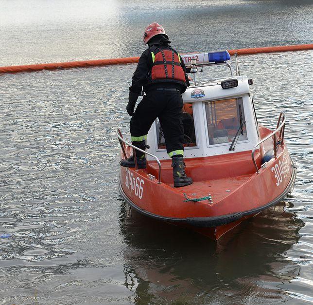 Strażacy rozstawili na Wiśle specjalne zapory