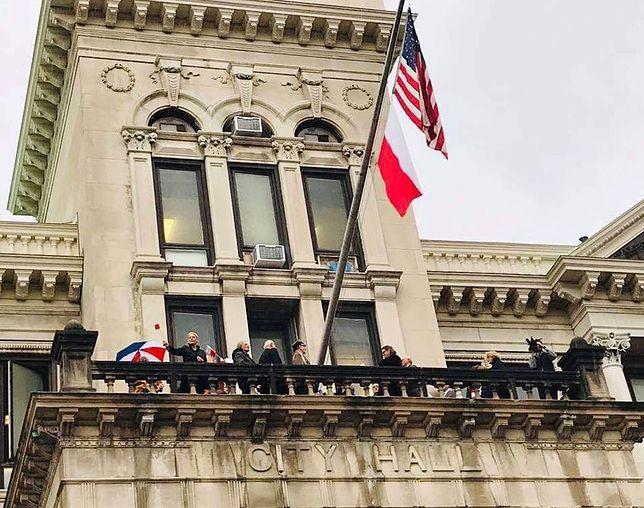 Amerykanie uczcili 100-lecie niepodległości Polski. Biało-czerwona flaga zawisła na gmachu ratusza