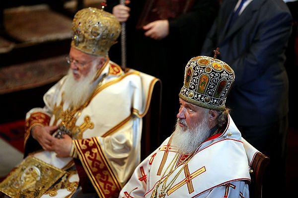 Zwierzchnikiem Rosyjskiej Cerkwi Prawosławnej jest patriarcha Cyryl I, na zdjęciu po prawej.