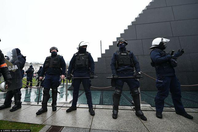 Pomnik smoleński jest strzeżony przez policję siedem dni w tygodniu