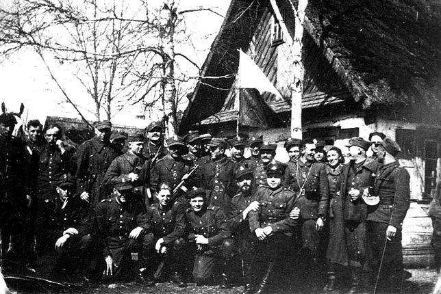 """Inspekcja """"Kotwicza"""" (w środku grupy, z głową odwróconą w kierunku swego prawego ramienia) w 1 batalionie 77 pp AK, Mociewczuki luty 1944 r."""
