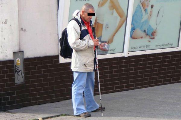 Oszust udający niewidomego przeniósł się z Poznania do Leszna