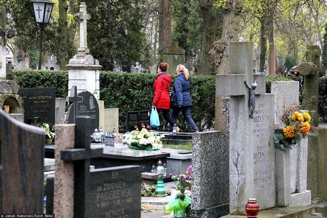 Nieoficjalnie: Cmentarze otwarte na Wielkanoc. Rząd nie planuje powtórki z 2020 roku