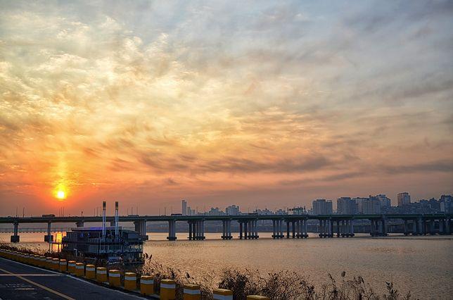 Organizując samochodowy transfer z Lotniska Seul-Incheon do centrum, trzeba wziąć pod uwagę koenieczność przejechania długiego mostu nad rzeką Han
