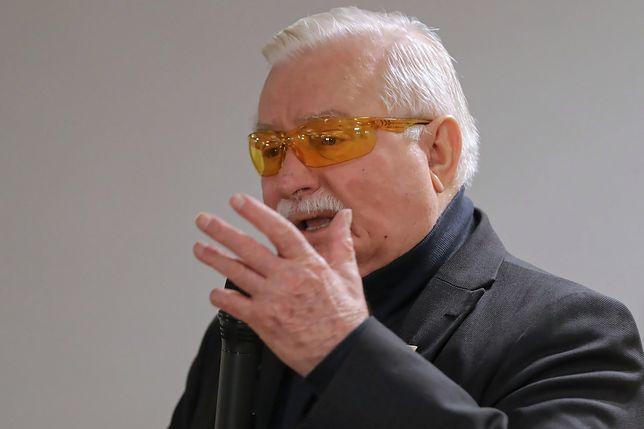 """Były prezydent Lech Wałęsa przyznał, że aktualnie ma 25 koszulek z napisem """"Konstytucja"""""""