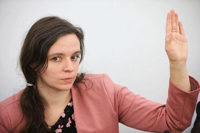 Afera z całowaniem w rękę w Sejmie. Poseł PiS odczytał sygnał Klaudii Jachiry