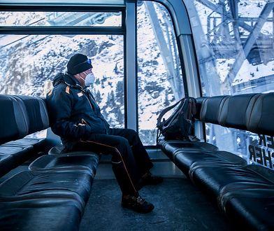 Pracownik ośrodka narciarskiego na lodowcu Stubai podróżuje samotnie gondolą podczas lockdownu