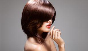 Gładkie i cienowane grzywki na bok, czyli fryzury wyszczuplające twarz