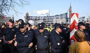 Tłum chciał zobaczyć pomnik smoleński. Minister przeprasza za gigantyczne kolejki
