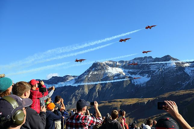 Widowiskowe pokazy lotnicze w szwajcarskich Alpach