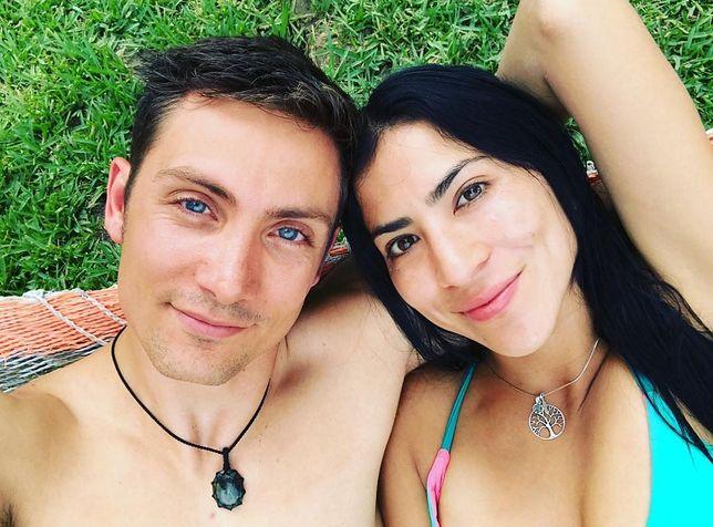 Kochają siebie i swoje ciała. Małżeństwo podróżników oryginalnie fotografuje swoje podboje
