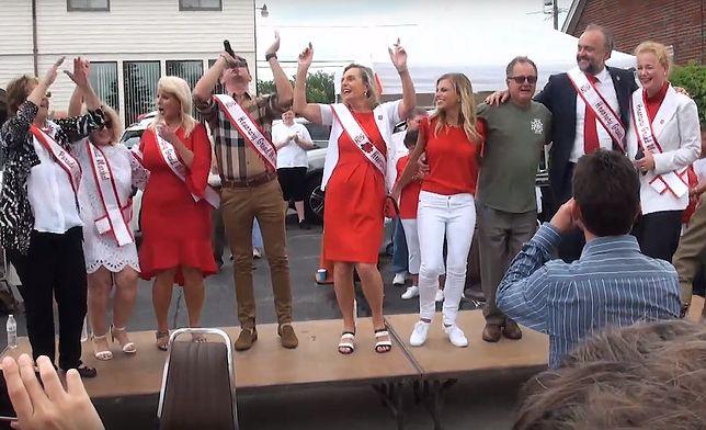 Anna Maria Anders (w środku) tańczy na Paradzie Pułaskiego w amerykańskim mieście Cheektowaga