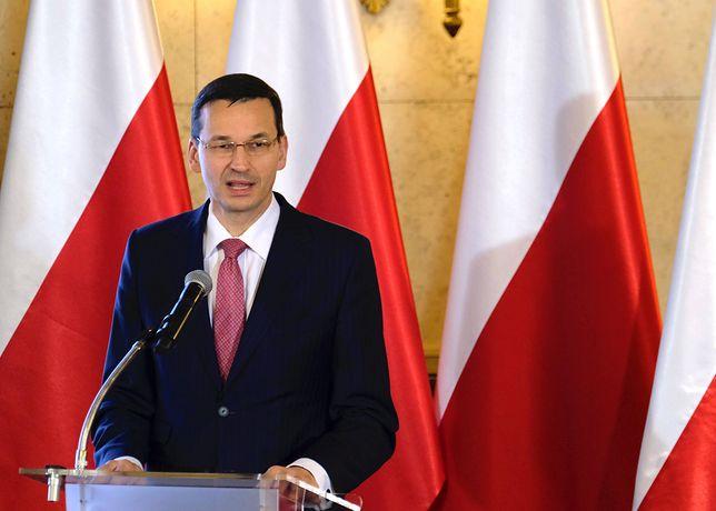 Premier Morawiecki uratował kombatanta przed upadkiem. Co za refleks!