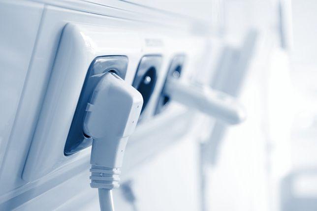Przewody elektryczne: czy zawsze można je chować pod tynkiem?