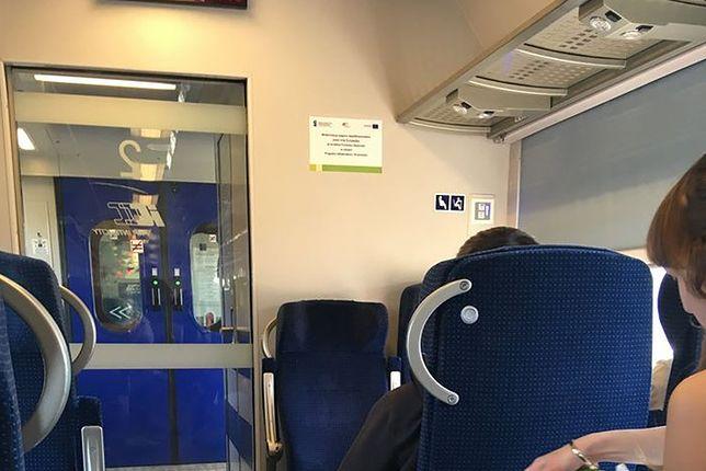 Pociąg relacji Kraków - Przemyśl. Młoda kobieta wyprasowała koszulę