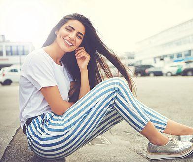 Dzięki spodniom w paski sylwetka wydaje się szczuplejsza, a nogi dłuższe