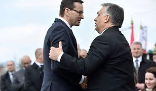Premierzy Polski i Węgier podczas odsłaniania pomnika smoleńskiego w Budapeszcie