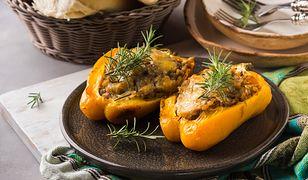 Papryka faszerowana mięsem mielonym i ryżem. Prosty obiad, który posmakuje każdemu