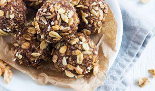 Słodkie kulki mocy to jedne z propozycji fit słodyczy. Czy warto po nie sięgać?