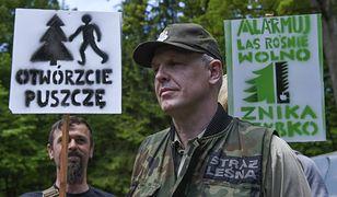 Demonstrant i leśnik w Puszczy Białowieskiej