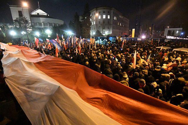 """KOD przed Sejmem. Z hasłami: """"wolne media"""""""