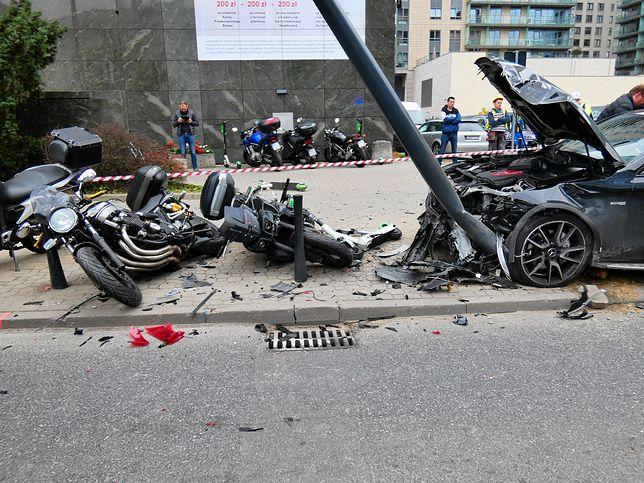 Warszawa. Pijany kierowca staranował wszystko, co miał na drodze. Ściął latarnie, motocykle i hulajnogi