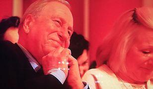 Wzruszony Jerzy Stuhr słucha laudacji na swoją cześć w wykonaniu syna