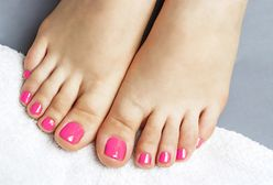 Kolorowy szyk na stopach. Jaki kolor paznokci w modnym pedicure?
