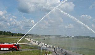 Motocykliści na pasie startowym - zdjęcia