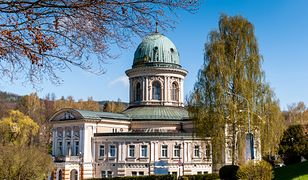 """Termy w sanatorium """"Zdrój Wojciech"""" znajdują się w budynku zwieńczonym barokową kopułą"""