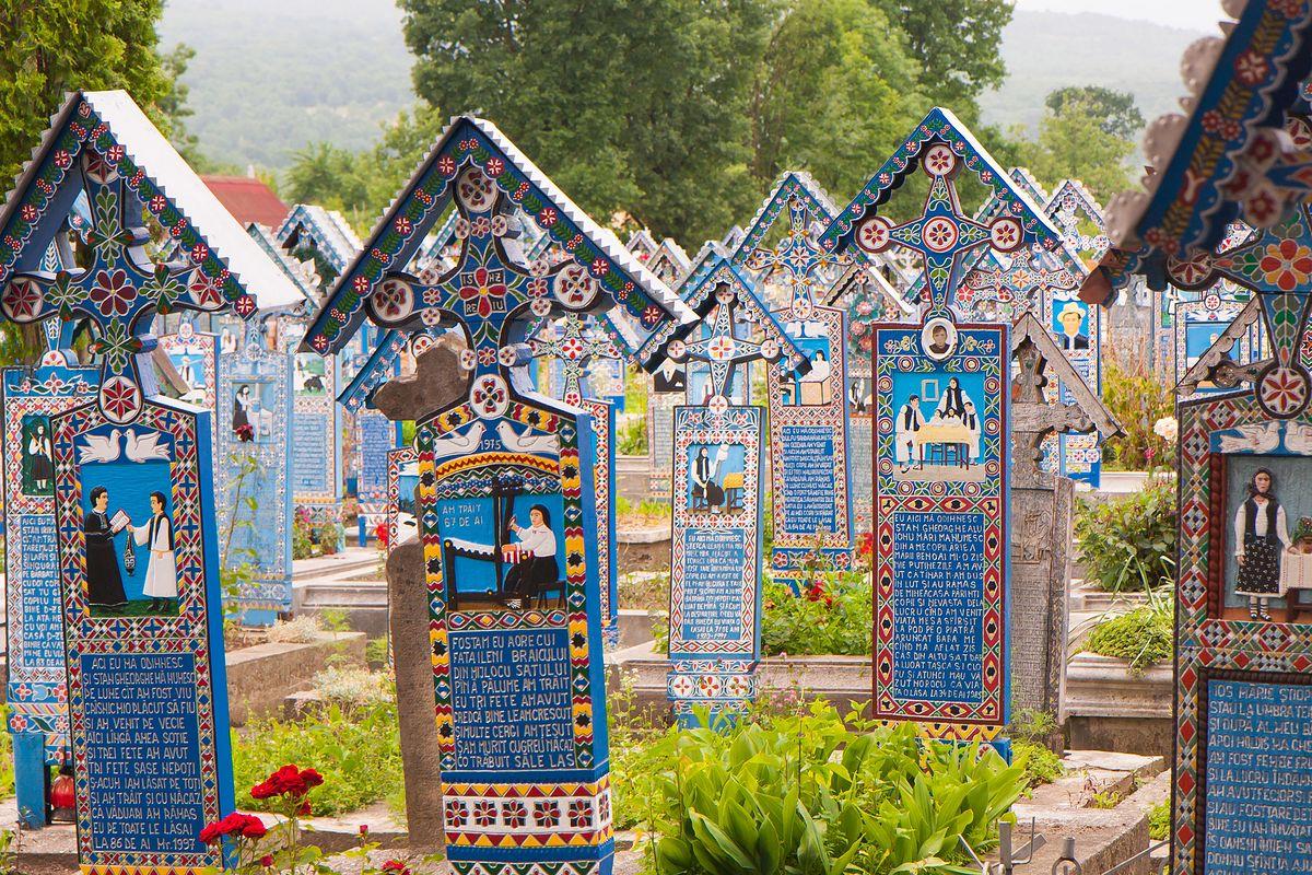 """Niezwykłe miejsce w Rumunii. Mówią na nie """"Wesoły Cmentarz"""""""