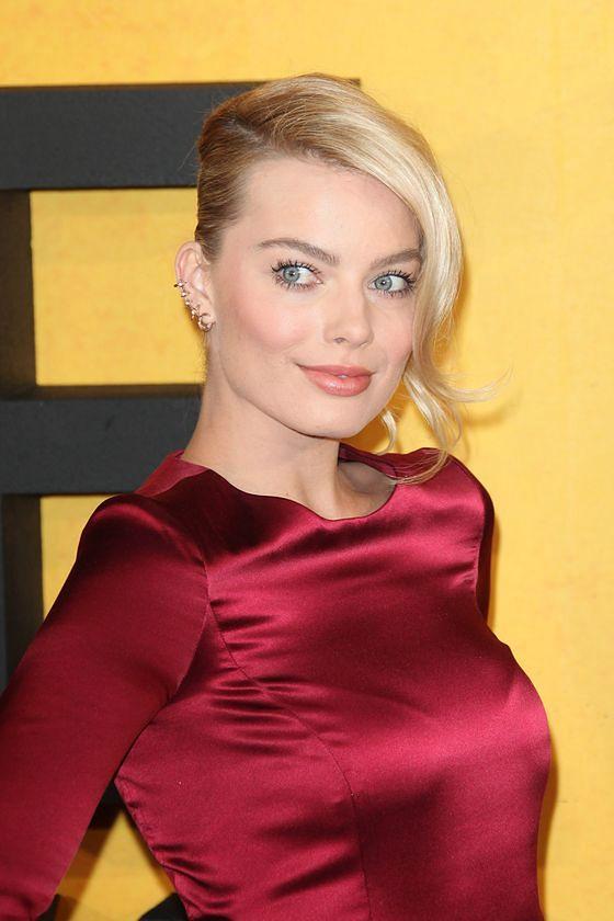 """Seksowna blondynka została rudą brzydulą. Zobacz zdjęcia Margot Robbie z planu """"Mary, Queen Of Scots"""""""