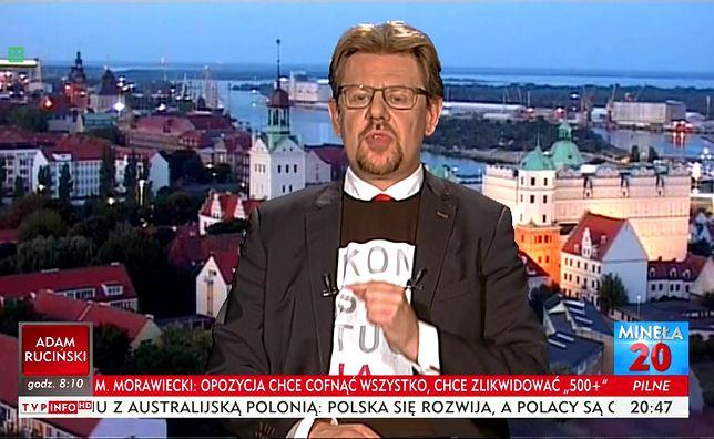 """Piotr Misiło przyszedł do studia TVP w koszulce z napisem """"Konstytucja"""""""
