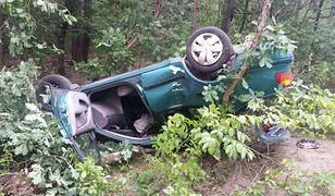 Wypadek w Otwocku, auto wleciało do lasu