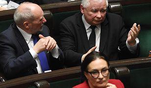 Gdyby wybory odbyły się w kwietniu, PiS straciłoby samodzielną większość. Na zdjęciu Jarosław Kaczyński i Antoni Macierewicz podczas obrad Sejmu.