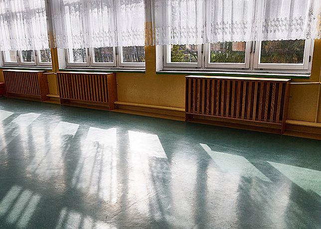 Dyrektor szkoły tłumaczy, że przyczyną wyrzucenia uczniów, był brak opiekuna