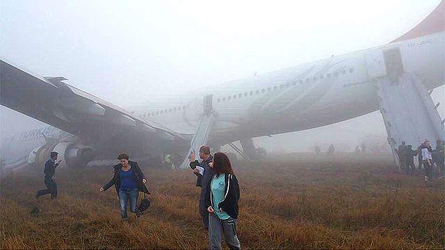 Samolot lądował poza pasem i zarył w ziemię