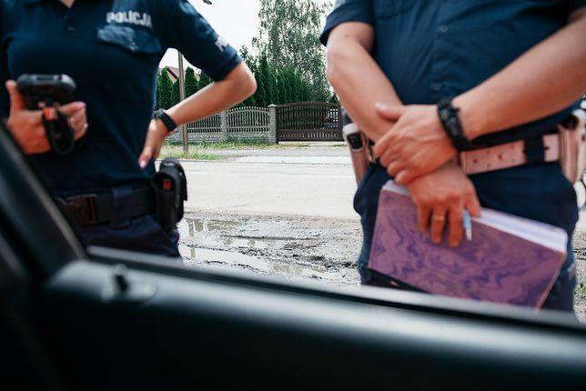 Patrolujący wieś policjanci.
